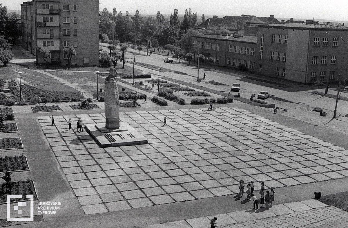 Nieistniejący już pomnik Leopolda Staffa przy Miejskim Centrum Kultury (fot. Edward Krokowski, archiwum.skarzysko.pl)