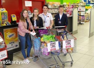 """Carrefour Skarżysko - zbiórka karmy dla fundacji im. Maćka Kozłowskiego """"Pan i Pani Pies"""""""
